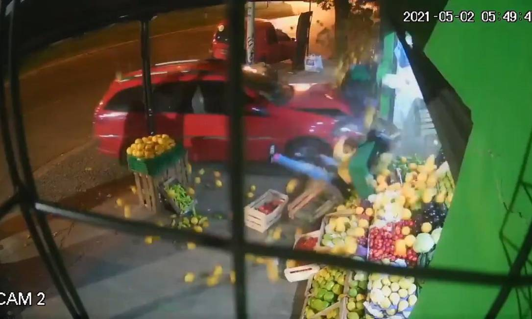 Mulher é arremessada em mercearia após ser atropelada na Argentina Foto: Reprodução