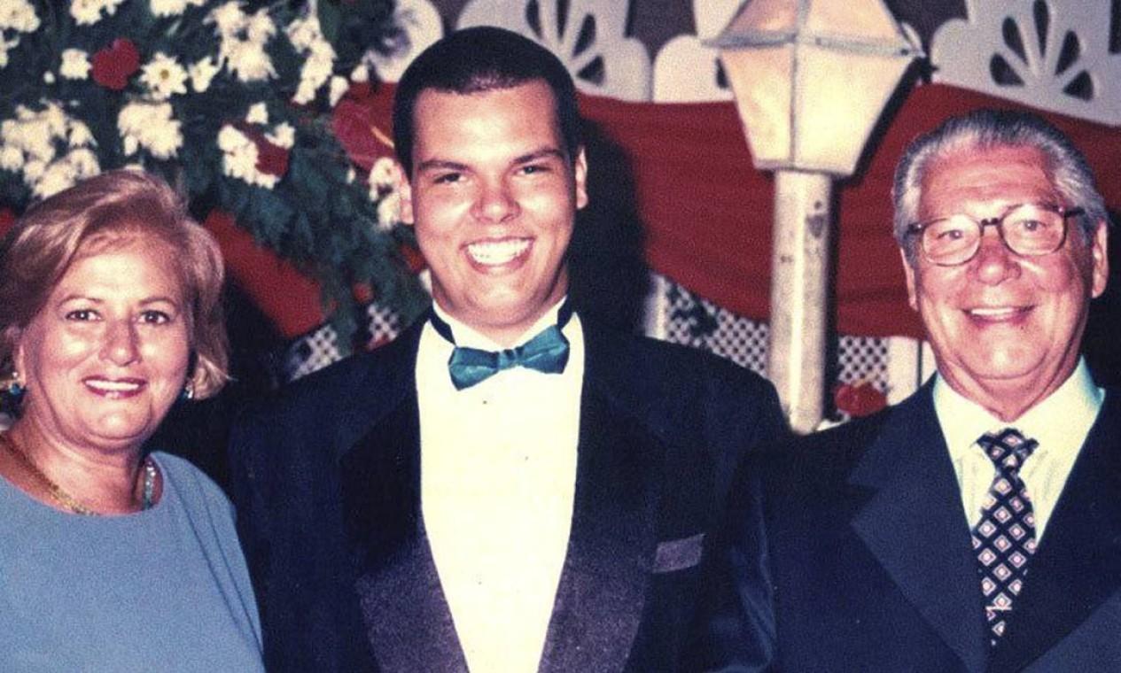 Bruno Covas com os avós Lila e Mário Covas, em 1995. Graduado em Direito pela USP, e em Economia pela PUC-SP, Bruno era filiado ao PSDB desde 1998 Foto: Arquivo Pessoal