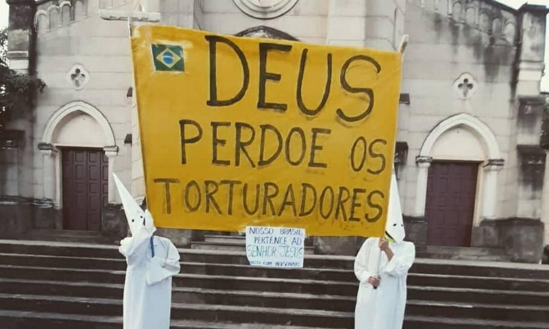 Ato em Goiás com semelhanças ao movimento supremacista Ku Klux Klan gerou revolta nas redes sociais Foto: Cláudia Santana Damata / Afoxé Pilão de Prata da Cidade de Goiás