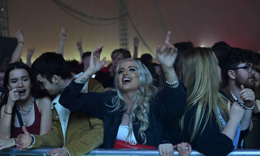 Público no Sefton Park de Liverpool, sem máscara e distanciamento em evento teste, durante show da banda Blossoms Foto: PAUL ELLIS / AFP