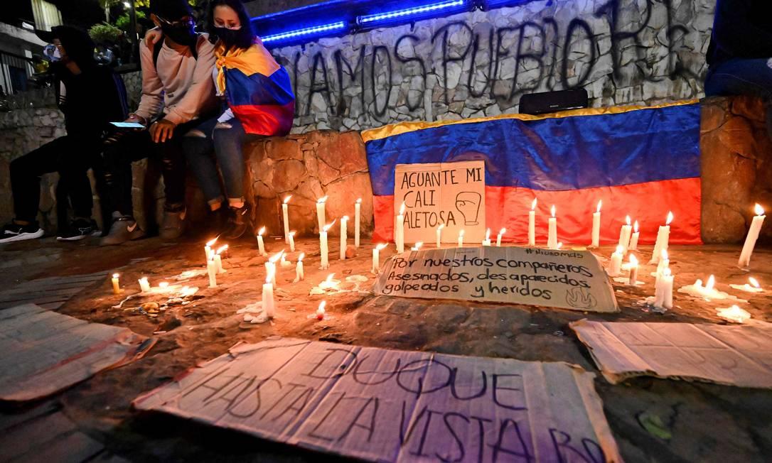 Colombianos fazem homenagem a manifestantes que morreram, desapareceram ou se feriram durante protestos contra a reforma tributária do presidente Iván Duque Foto: Luis Robayo / AFP