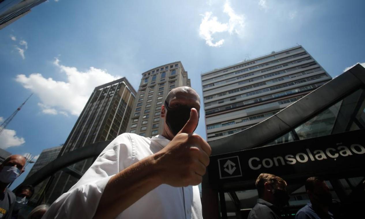 Candidato à reeleição, Bruno Covas durante caminhada na Avenida Paulista, na camapnha de 2020 Foto: Pablo Jacob / Agência O Globo - 25/11/2020