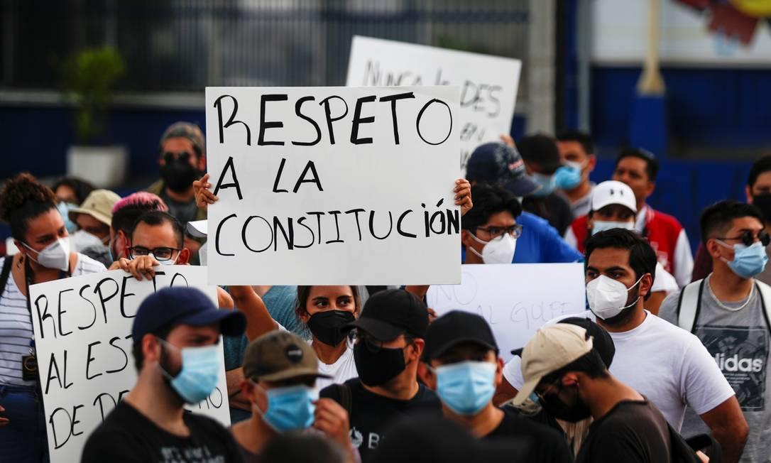 """Manifestantes com cartaz escrito """"Respeito à Constitução"""", durante protesto contra a manobra do Congresso de El Salvador para remover de seus cargos os juízes da Suprema Corte e o procurador-geral, no dia 2 de maio Foto: JOSE CABEZAS / REUTERS"""