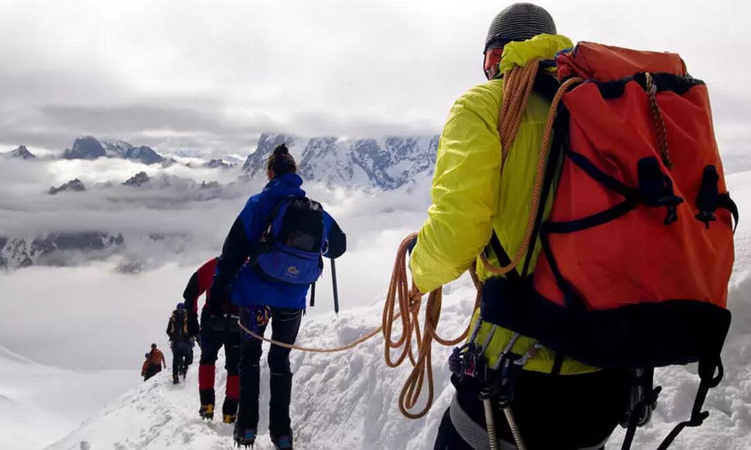 O maciço de Ecrins é conhecido por suas montanhas íngremes, com inclinação de 45%, que os aventureiros escalam antes de descer esquiando (Imagem ilustrativa) Foto: Getty images/Peter Richardson/robertharding