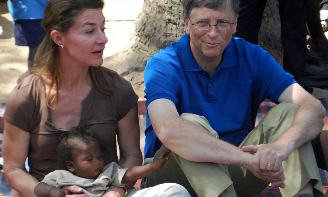 O fundador da Microsoft e e sua esposa, Melinda, durante visita a um vilarejo no distrito de Patna, no estado indiano de Bihar. Casal teve 3 filhos e criou a Fundação Bill e Melinda Gates Foto: STR / AFP - 23/03/2011