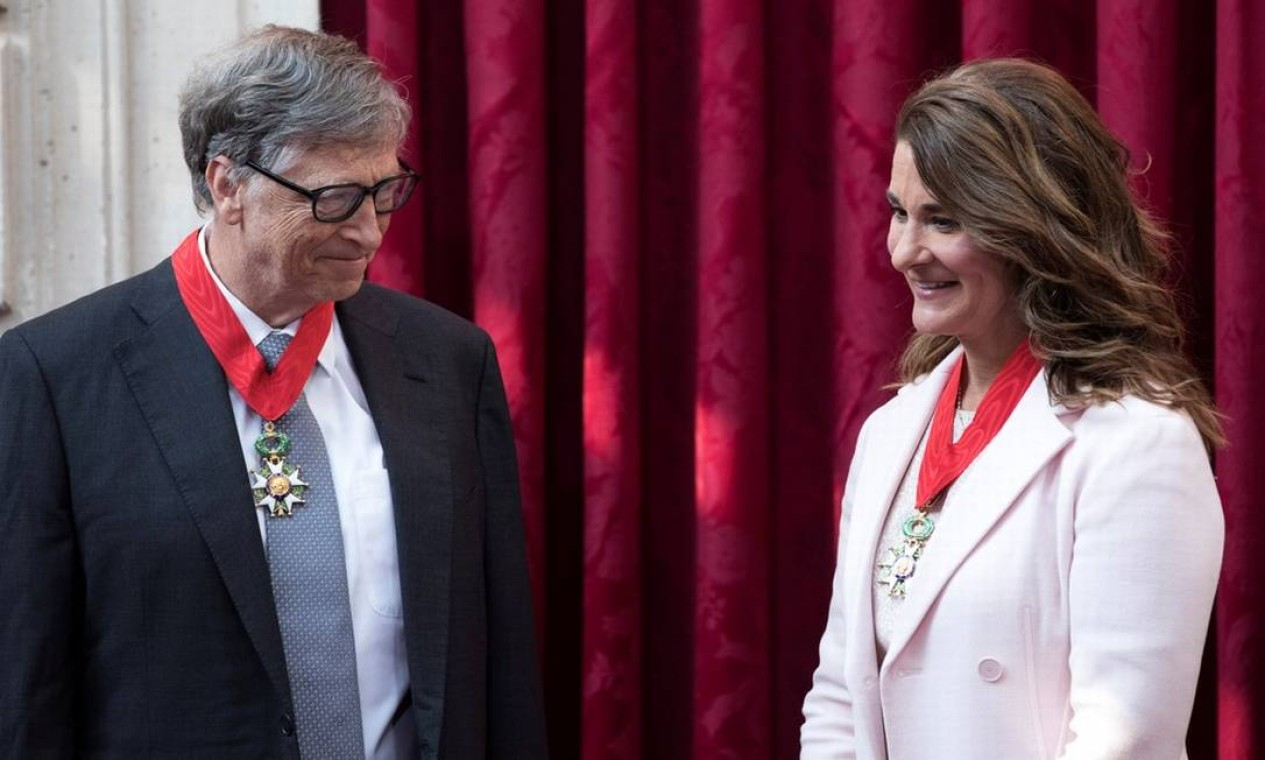 Bill e Melinda Gates em Paris, na França, em 21 de abril de 2017. Fim da relação, que começou em 1994, foi anunciado em comunicado conjunto assinado por ambos Foto: Kamil Zihnioglu / REUTERS - 21/04/2017