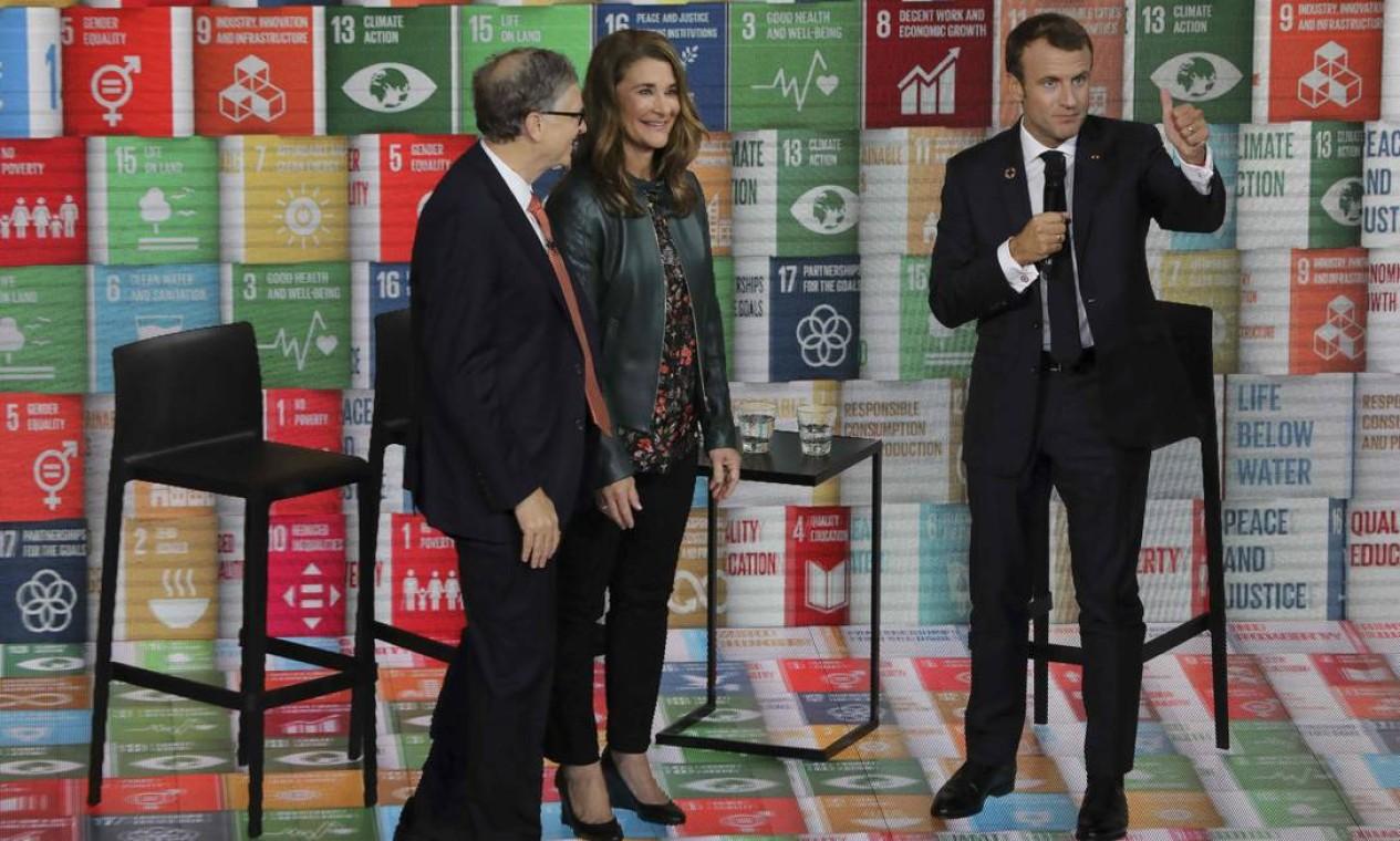Bill Gates e Melinda Gates conversam com o presidente francês, Emmanuel Macron, durante evento em Nova York Foto: LUDOVIC MARIN / AFP - 26/09/2018