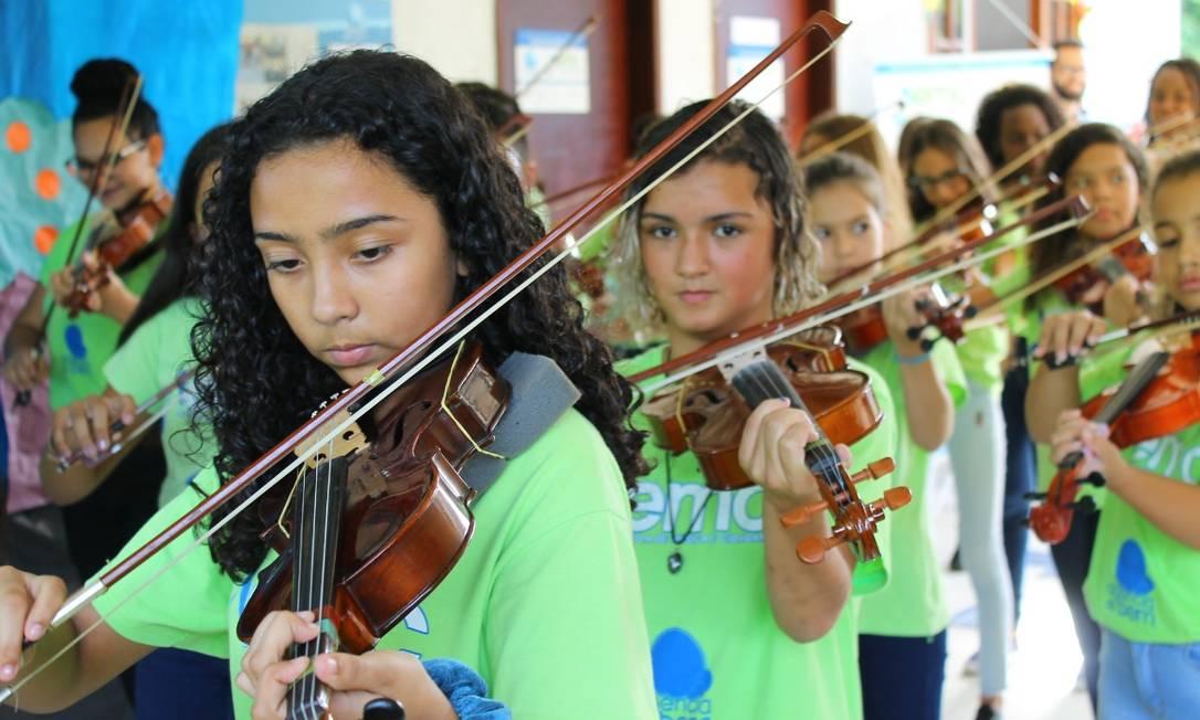 Alunos de música da Agência do Bem na comunidade Beira-Rio, em Vargem Grande Foto: Divulgação/Luiz Matos