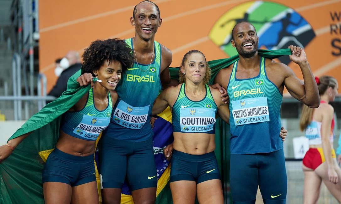 O quarteto misto brasileiro recebeu a medalha de prata no revezamento 4 x 400m, na Polônia Foto: ALEKSANDRA SZMIGIEL / REUTERS