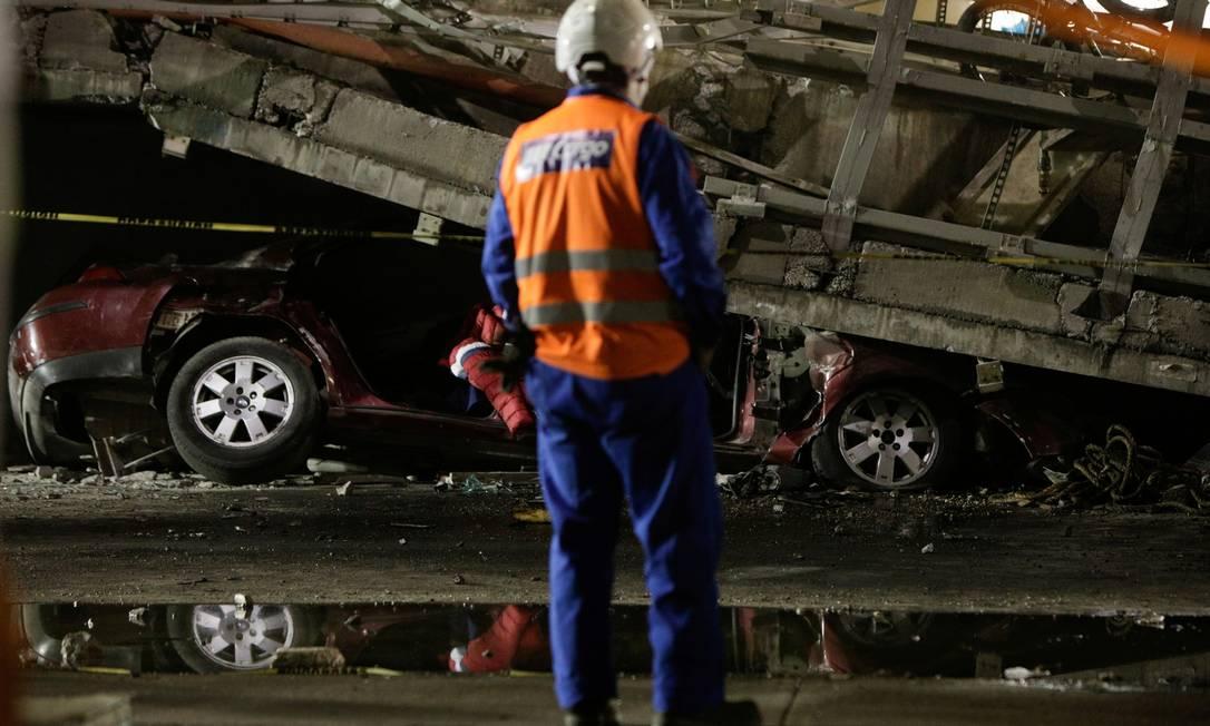 Membro da equipe de resgate está em frente a um carro preso sob um viaduto de um metrô que desabou parcialmente na estação de Olivos na Cidade do México, México, matando pelo menos 23 pessoas e deixando outras 70 feridas Foto: LUIS CORTES / REUTERS