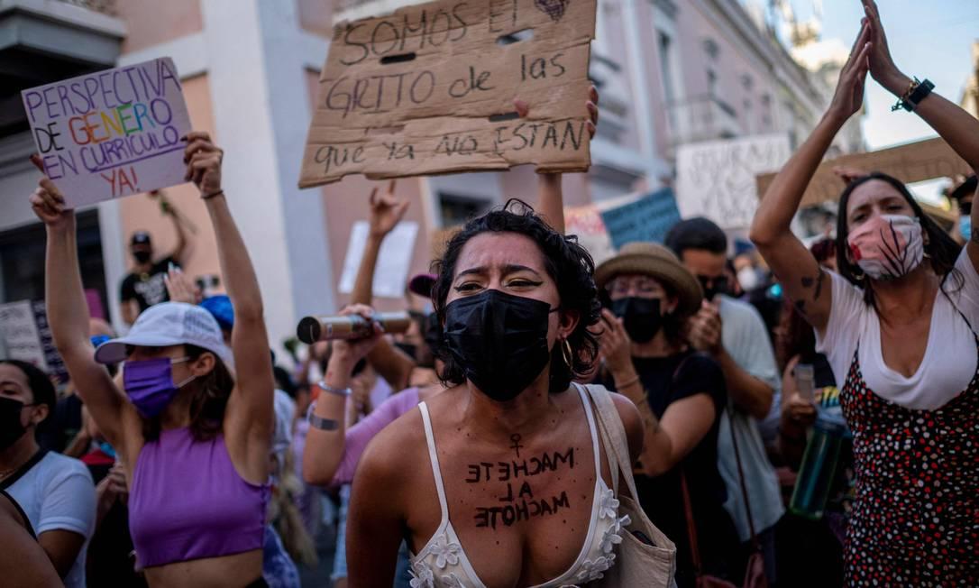 Mulheres protestam contra a violência sexual em frente à mansão do governador em San Juan, Porto Rico. Manifestantes denunciam a inércia e morosidade do estado na implementação do decreto que declara o estado de emergência contra a violência de gênero Foto: RICARDO ARDUENGO / AFP