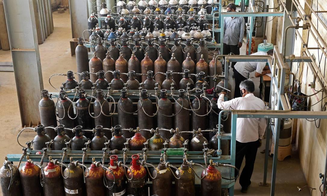 Técnicos monitoram linhas de reabastecimento de oxigênio médico emAhmedabad, conforme a demanda na Índia por aumentou em meio à pandemia de coronavírus Covid-19 Foto: SAM PANTHAKY / AFP