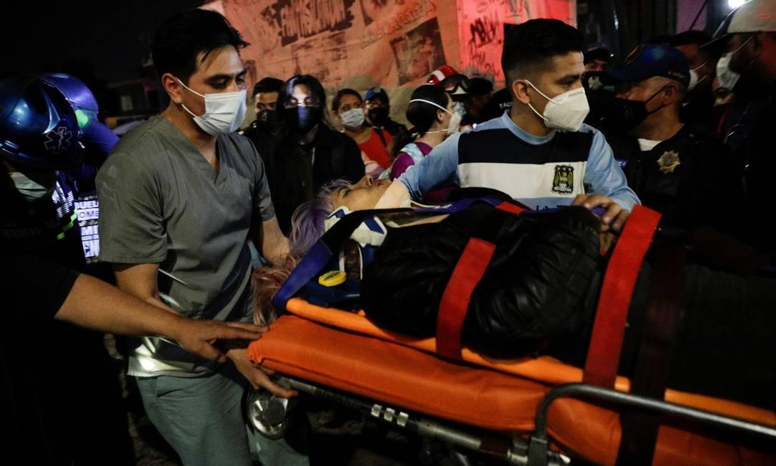 Mais de 70 pessoas foram resgatadas com vida Foto: LUIS CORTES / REUTERS