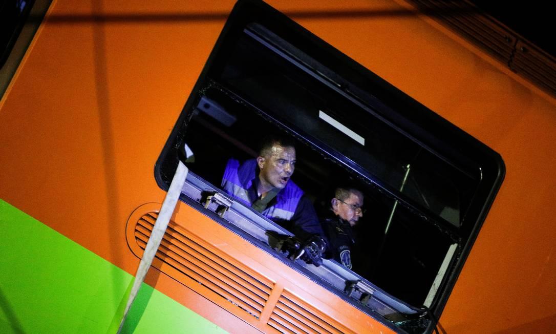 Equipe de resgates são vistas dentro de vagão caído do metrô no México Foto: LUIS CORTES / REUTERS