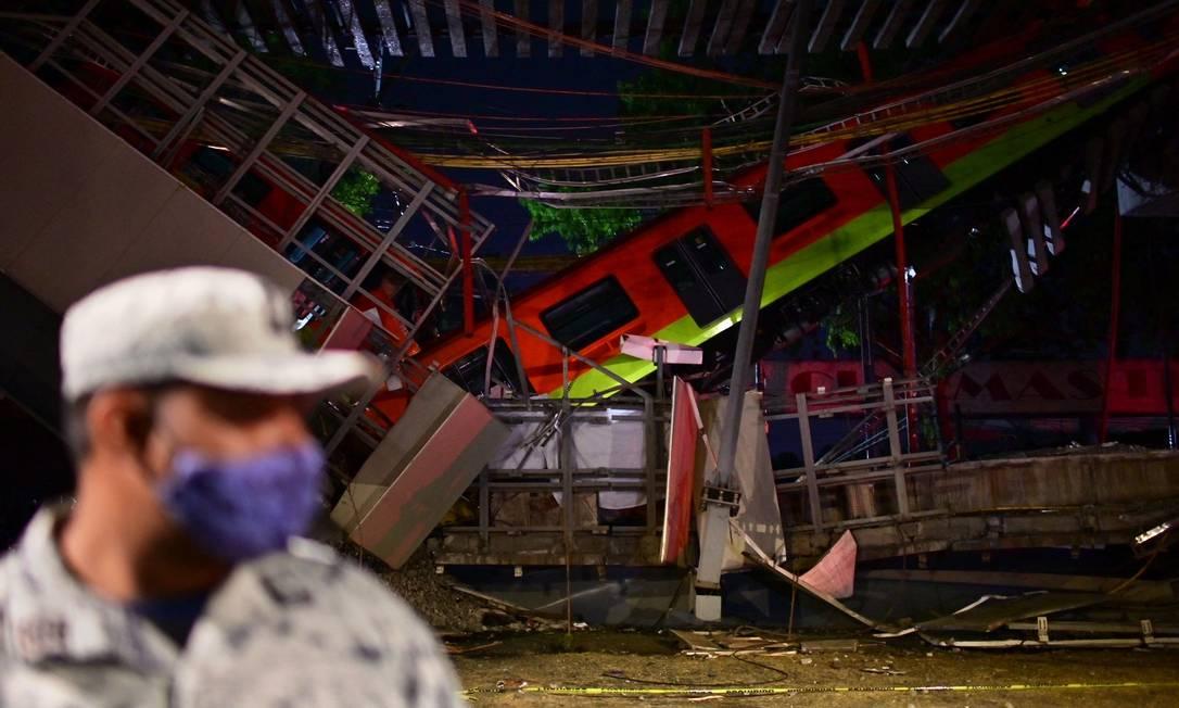 Pelo menos 23 pessoas morreram, incluindo crianças, e mais de 70 ficaram feridas após o desabamento de um viaduto do metrô da Cidade do México, na noite desta segunda-feira Foto: PEDRO PARDO / AFP