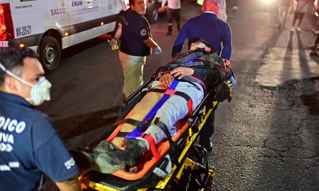 Equipe de resgate movem pessoa ferida no acidente de metrô na capital mexicana Foto: PEDRO PARDO / AFP