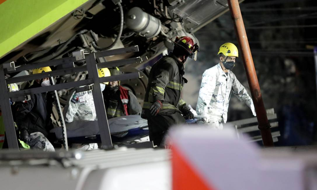 Equipes de resgate carregam um corpo em um local onde um viaduto para um metrô desabou parcialmente na estação de Olivos na Cidade do México Foto: HENRY ROMERO / REUTERS