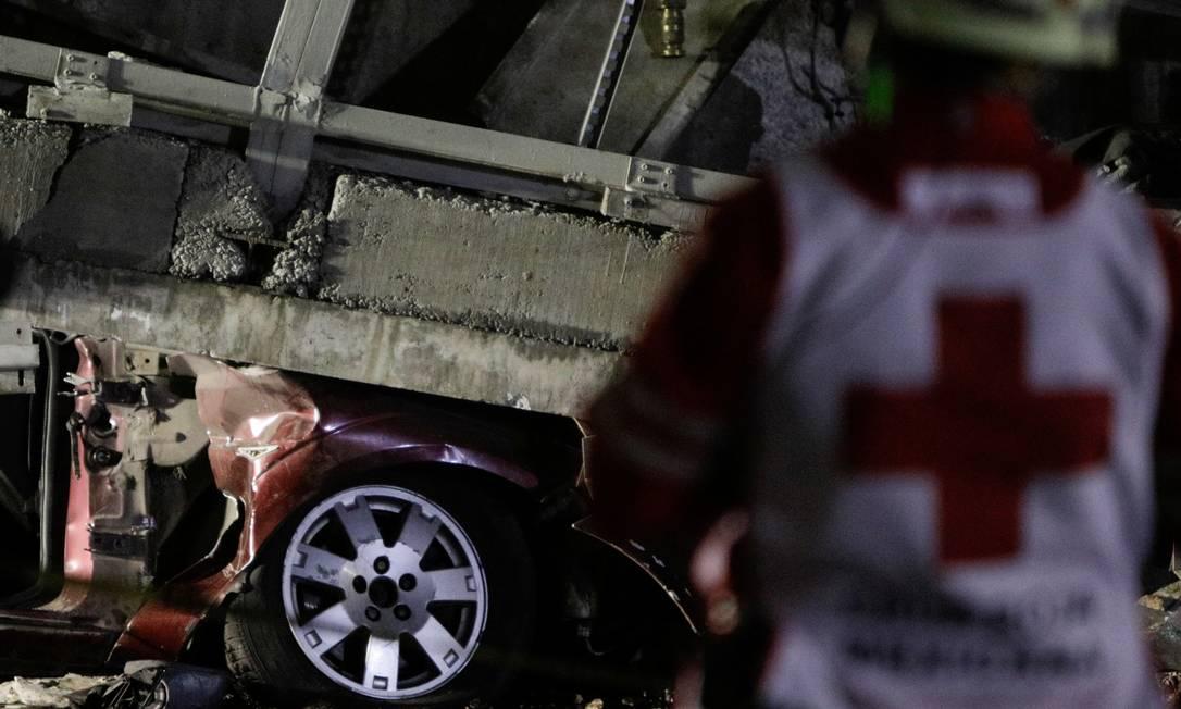 Serviços de emergência, a Defesa Civil e integrantes do Exército mexicano foram acionados para ajudar nas operações Foto: LUIS CORTES / REUTERS