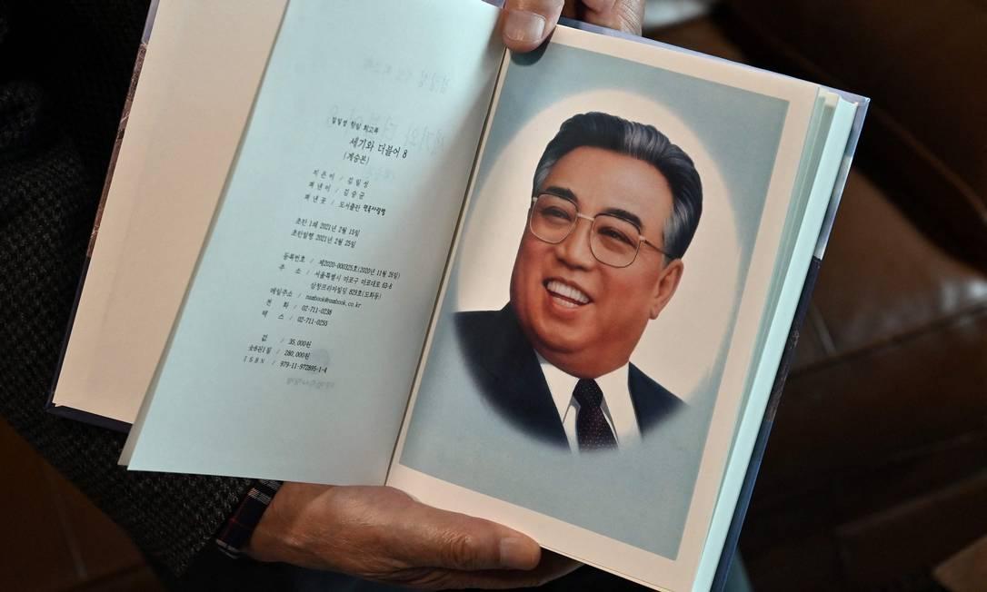 Editor Kim Seung-kyun segura o livro de memórias do ex-líder norte-coreano Kim Il-sung Foto: JUNG YEON-JE / AFP