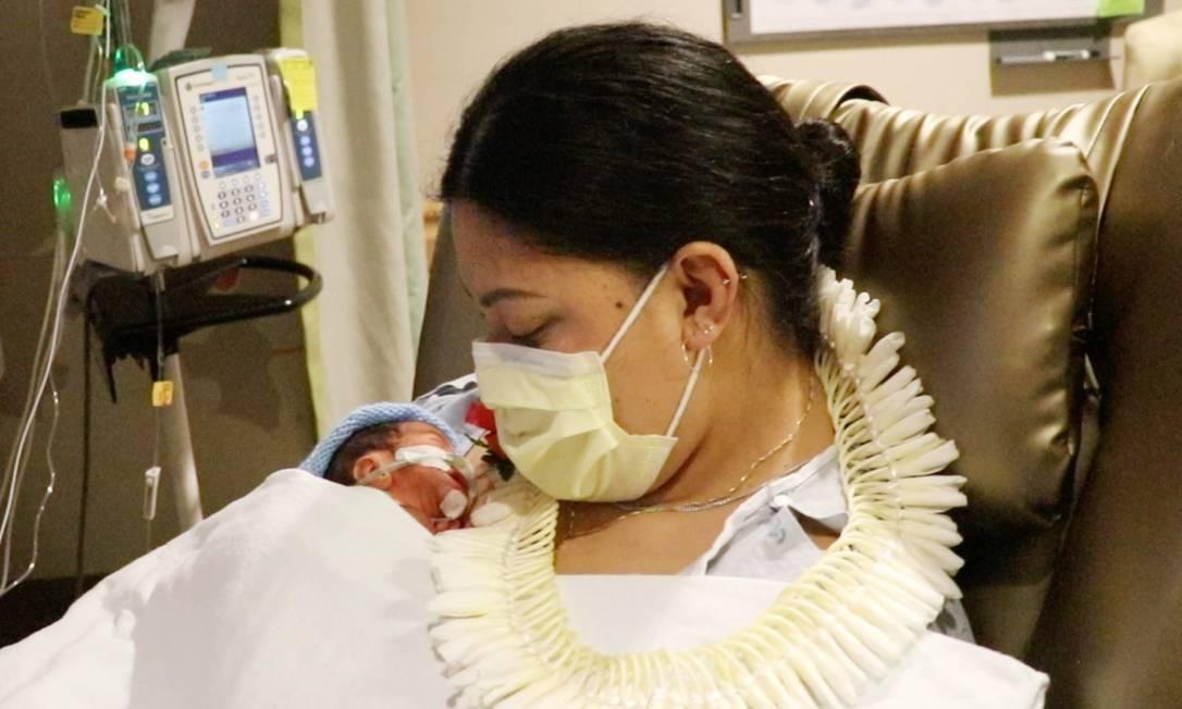 Lavinia Mounga dá à luz seu filho, Reymond Foto: Reprodução/People