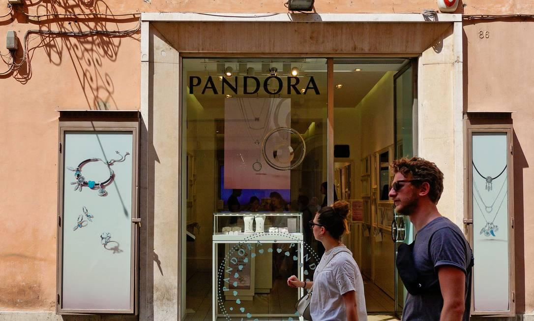 Pessoas passam em frente à loja da Pandora em Roma: joalheria vai deixar de usar diamantes de minas, optando pelas gemas de laboratório Foto: Max Rossi / REUTERS
