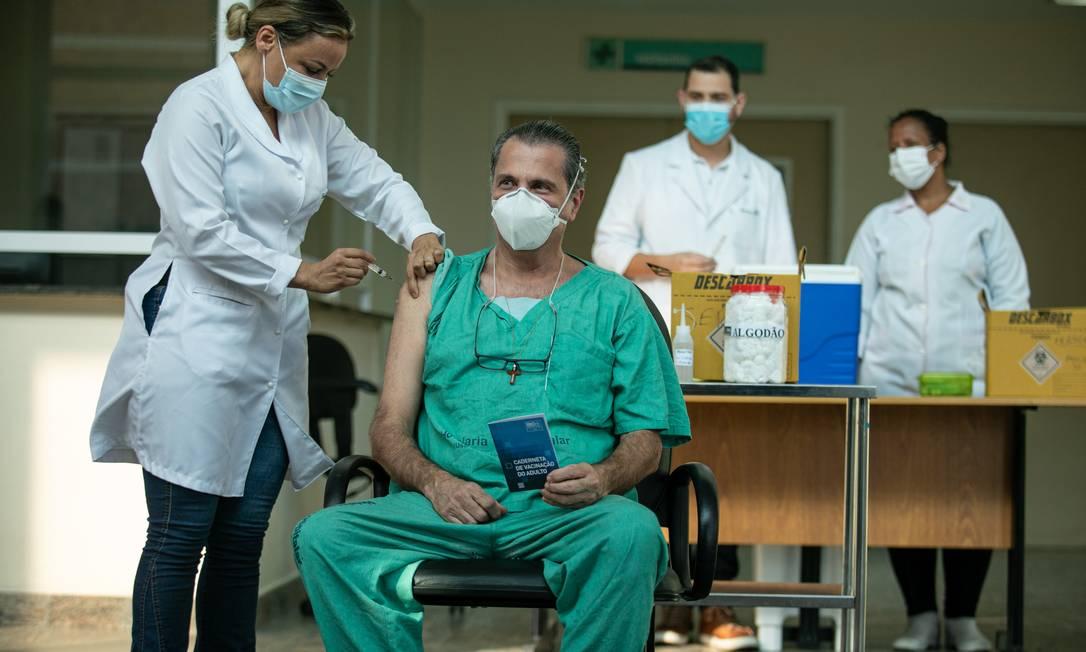 Primeiros enfermeiros do Hospital Municipal Ronaldo Gazolla sendo vacinados com a CoronaVac Foto: Brenno Carvalho / Agência O Globo