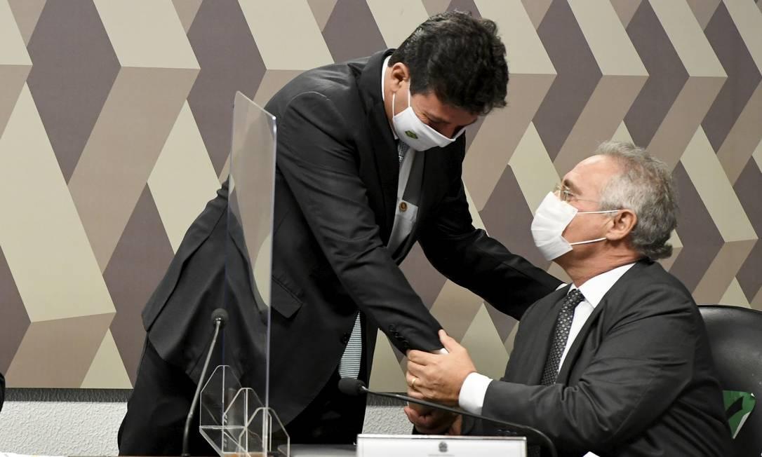 Mandetta cumprimenta senador Renan Calheiros (MDB-AL) antes de ser prestar depoimento à CPI Foto: Jefferson Rudy / Agência O Globo - 05/05/2021