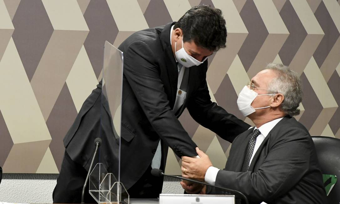 Mandetta cumprimenta senador Renan Calheiros (MDB-AL) antes de ser prestar depoimento à CPI Foto: Jefferson Rudy / Agência O Globo - 04//04/2021
