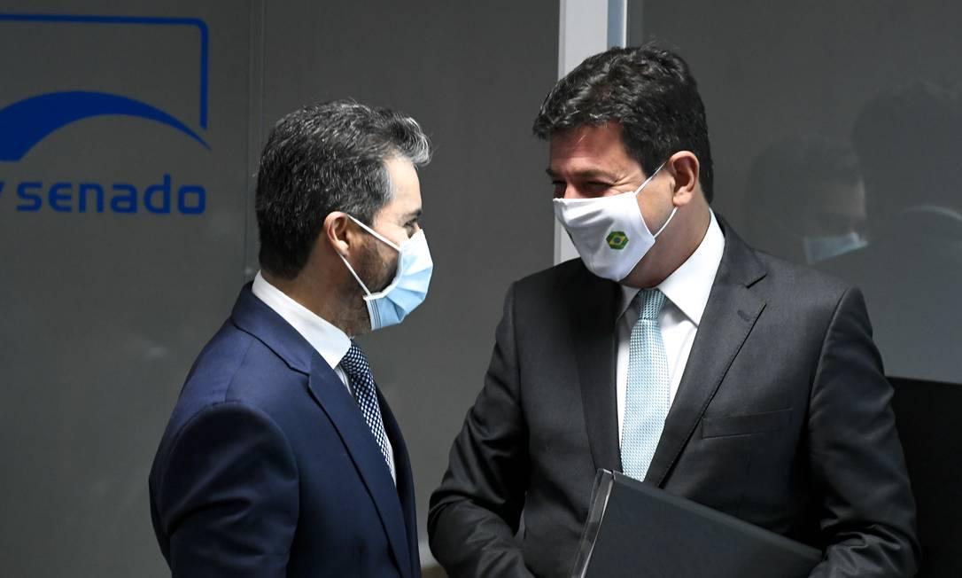 Senador Marcos Rogério (DEM-RO) conversa com ex-ministro de Saúde Luiz Henrique Mandetta Foto: Edilson Rodrigues / Agência O Globo - 04//04/2021
