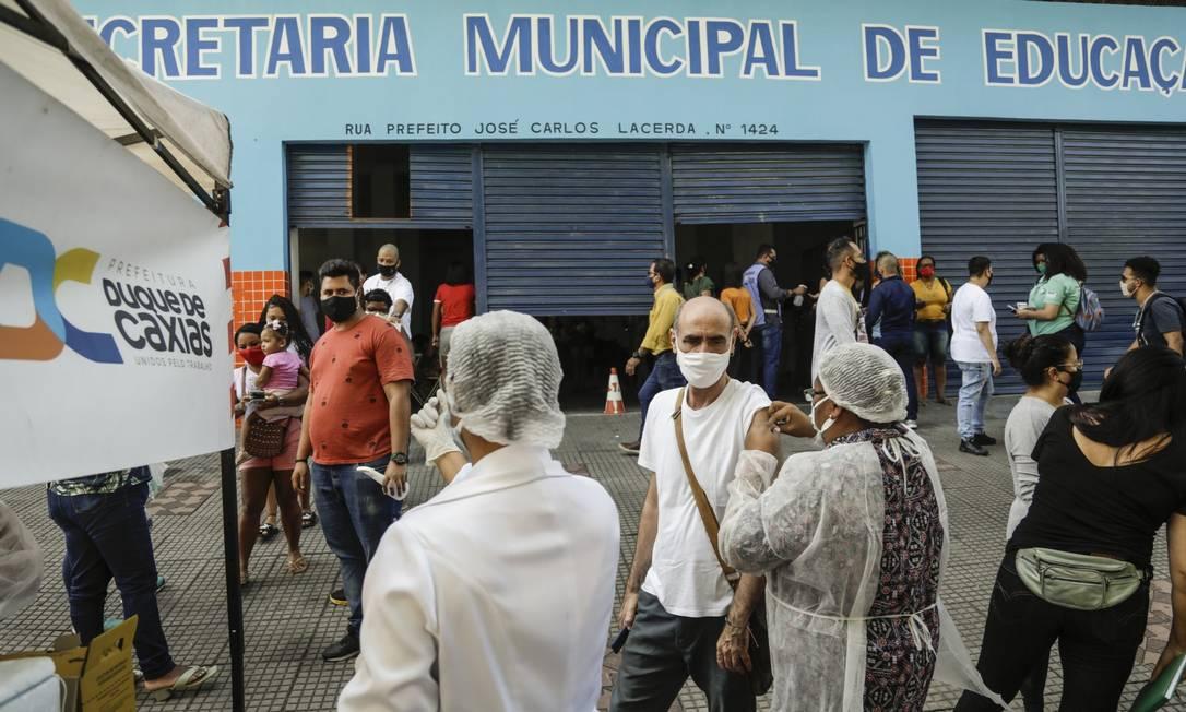 Em Duque de Caxias, profissionais da Educação são vacinados na Secretaria Municipal mesmo após ordem contrária do STF Foto: Gabriel de Paiva / Agência O Globo