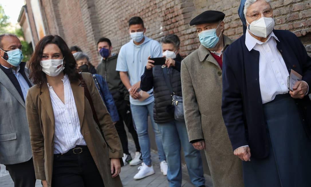 Governadora de Madri, Isabel Díaz Ayuso, do Partido Popular (direita) caminha perto de local de votação na capital espanhola Foto: SUSANA VERA / REUTERS