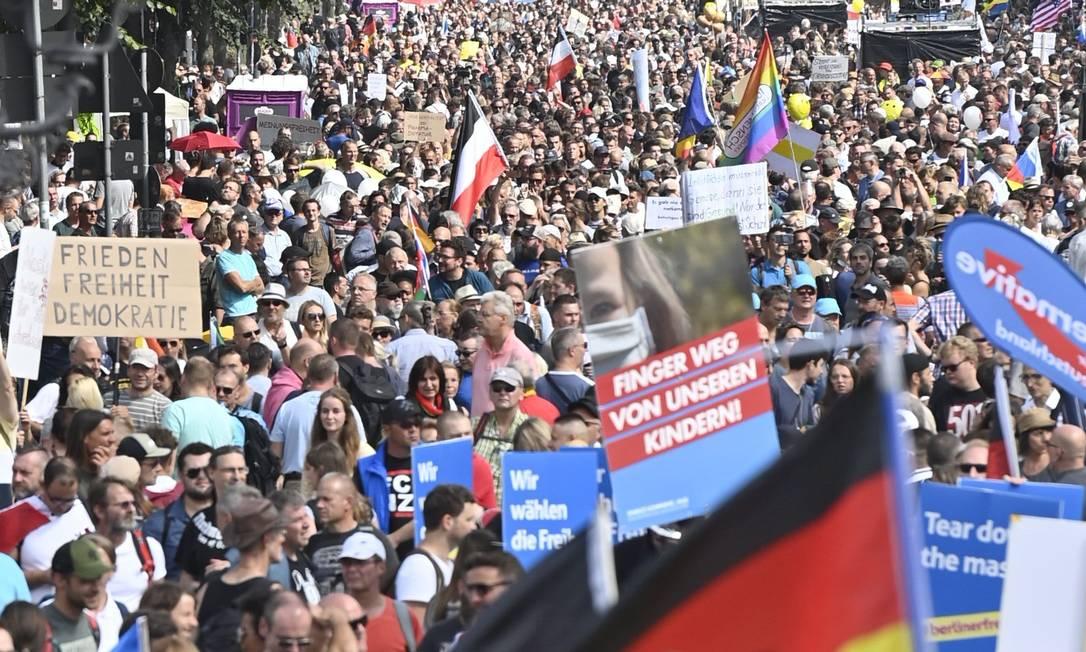 Marcha de extremistas e negacionistas contra as políticas de restrição adotadas pelo governo para conter o novo coronavírus em Berlim, em 2020 Foto: JOHN MACDOUGALL / AFP