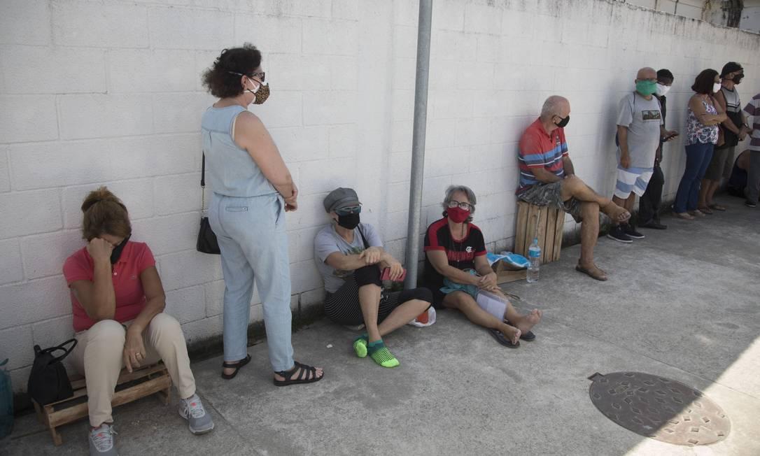 Pessoas aguardam na fila no Posto de Saúde Estácio de Sá, no Rio Comprido a espera da chegada das doses da vacina da Pfizer Foto: Guito Moreto / Agência O Globo
