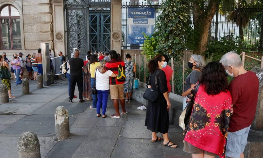 Fila para tomar vacina contra Covid-19 no Palácio do Catete Foto: Fabiano Rocha / Agência O Globo