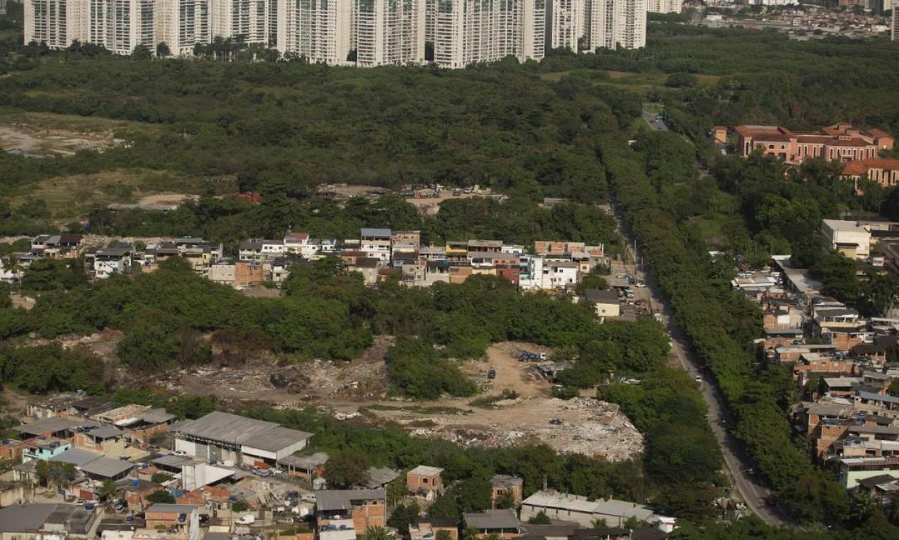 Técnicos e agentes de órgãos ambientais e policiais do Comando de Polícia Ambiental e da Delegacia de Proteção ao Meio Ambiente participaram da ação, na Zona Oeste do Rio Foto: Márcia Foletto em 03-06-2020 / Agência O Globo