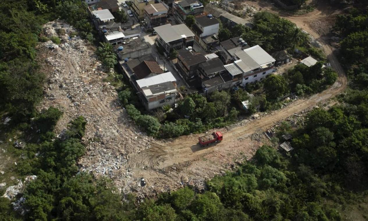 Os locais eram controlados por traficantes, que cobravam R$ 50 de cada caminhão pra descarte de resíduos de construção civil e lixo doméstico Foto: Márcia Foletto em 03-06-2020 / Agência O Globo