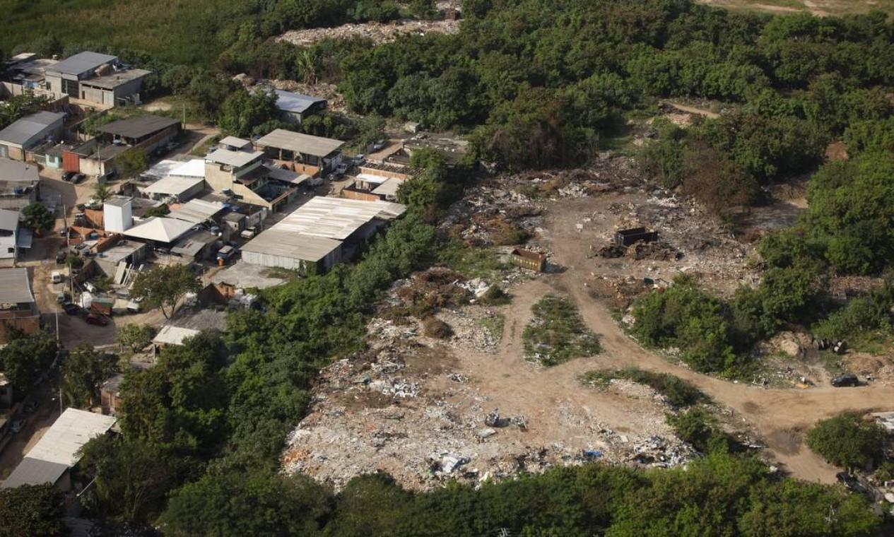 A secretaria afirma que na área identificada com lixões cerca de 400 toneladas de resíduos já foram descartadas ilegalmente no local Foto: Márcia Foletto em 03-06-2020 / Agência O Globo