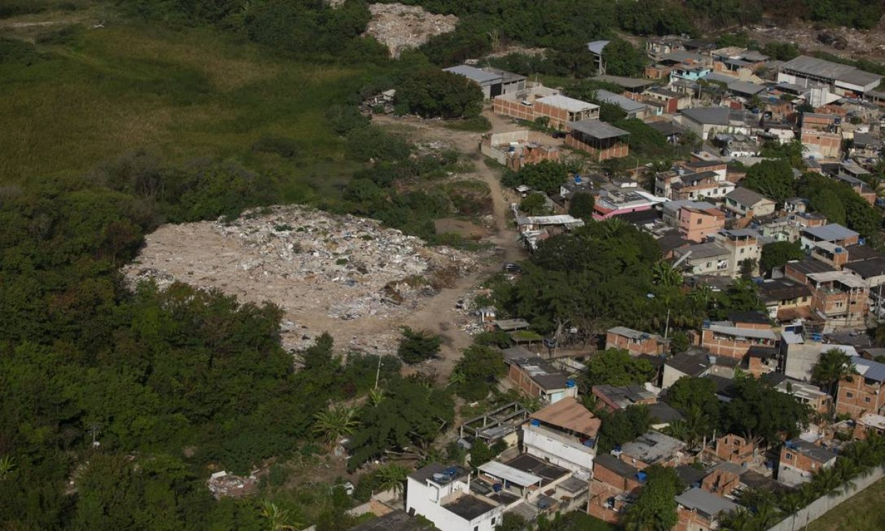 Durante a ação, um homem foi preso e uma escaveira apreendida pela equipe dos órgãos ambientais em uma das áreas fiscalizadas Foto: Márcia Foletto em 03-06-2020 / Agência O Globo