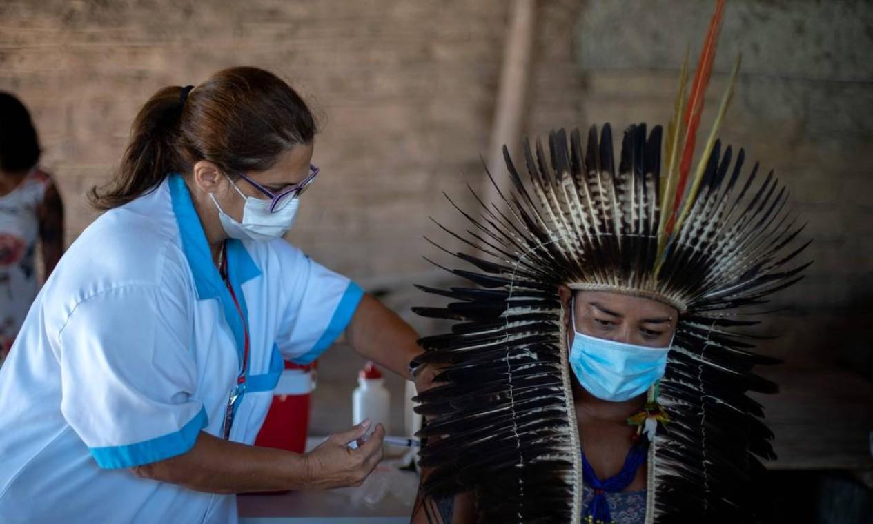 Cacique indígena Guarani Jurema Nunes, de 39 anos, é vacinado no acampamento da tribo São Mata Verde Bonita, na terra indígena Guarani, na cidade de Maricá Foto: Mauro Pimentel / AFP