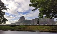 Residentes do bairro se exercitam tendo a vista para o Pão de Açúcar como fundo Foto: Banco de Imagens