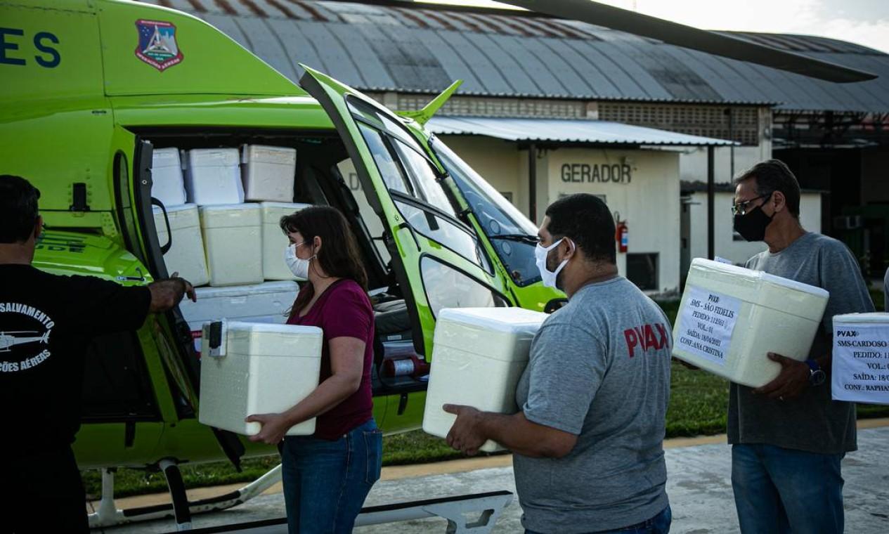 """Secretaria estadual de Saúde realizou entrega de nova remessa de 500 mil vacinas contra a Covid-19, além de medicamentos do chamado """"kit intubação"""" em meados de abril Foto: Hermes de Paula / Agência O Globo - 18/04/2021"""