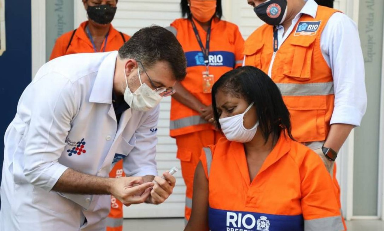 Prefeitura do Rio inclui garis no grupo prioritário e profissionais começam a ser vacinados em abril Foto: Fábio Motta / Prefeitura do Rio - 26/04/2021