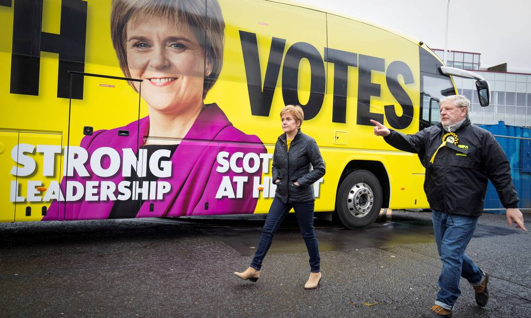 Primeira-ministra e líder do Partido Nacional Escocês, Nicola Sturgeon, durante visita de campanha em Edimburgo Foto: POOL / REUTERS
