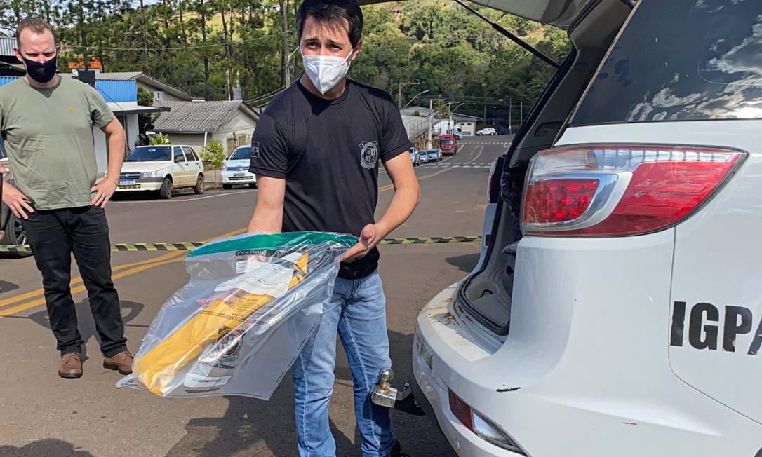 Arma utilizada nos crimes foi recolhida pela polícia e levada para perícia (Foto: Willian Ricardo/iShoot/Agência O Globo) País Foto: iShoot / Agência O Globo
