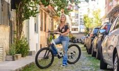 A bicicleta é companheira de Flávia para o trabalho, para as compras e até para os passeios nos finais de semana Foto: Fabio Cordeiro