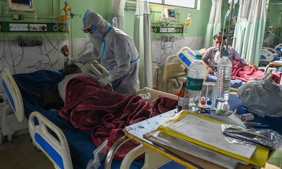 Trabalhador da saúde atende paciente com Covid-19 em um hospital em Moradabad, na Índia, em 5 de maio de 2021 Foto: PRAKASH SINGH / AFP