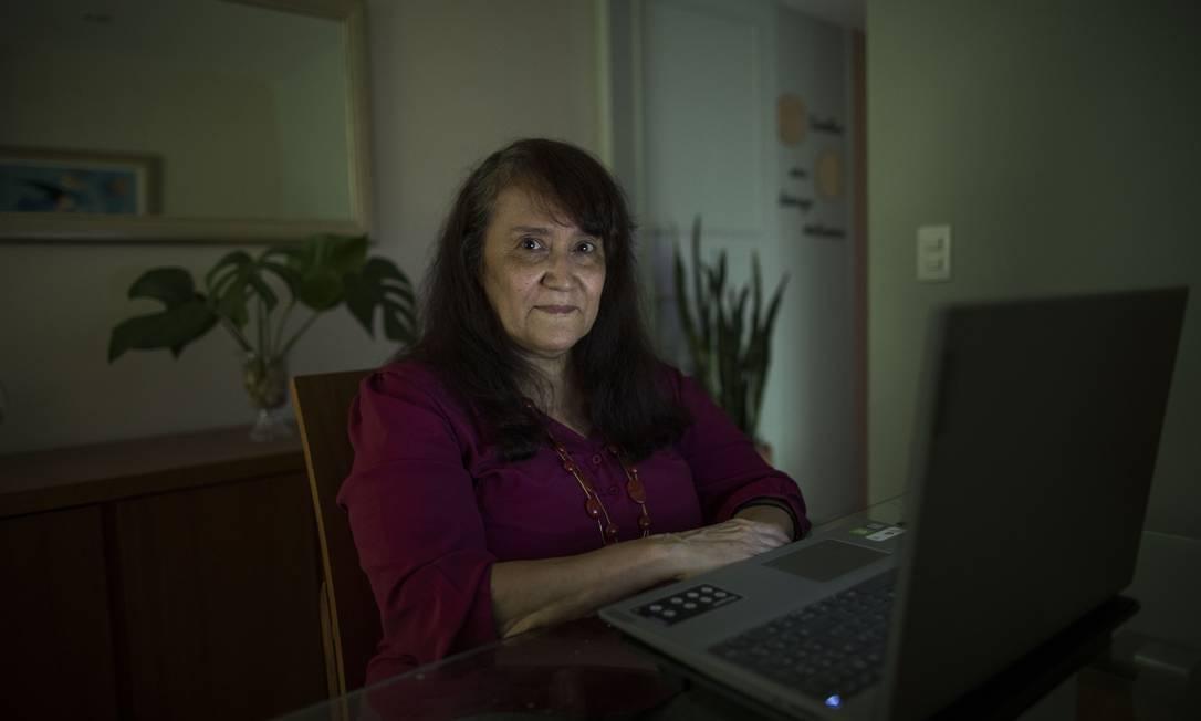 Dayse Barbosa, professora de inglês na rede municipal do Rio, dá aulas da sala de casa Foto: Guito Moreto / Agência O Globo