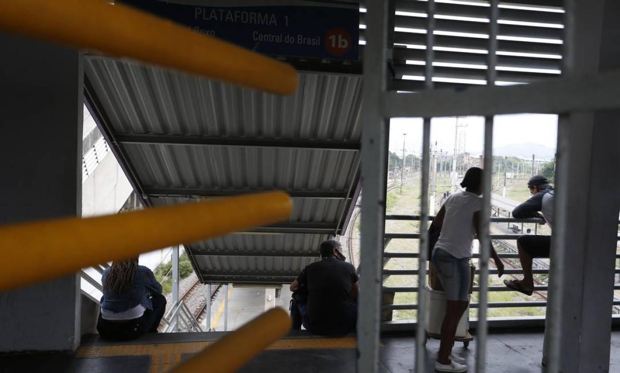 Passageiros buscam abrigo na área de embarque de estação durante tiroteio Foto: Fabiano Rocha / Agência O Globo
