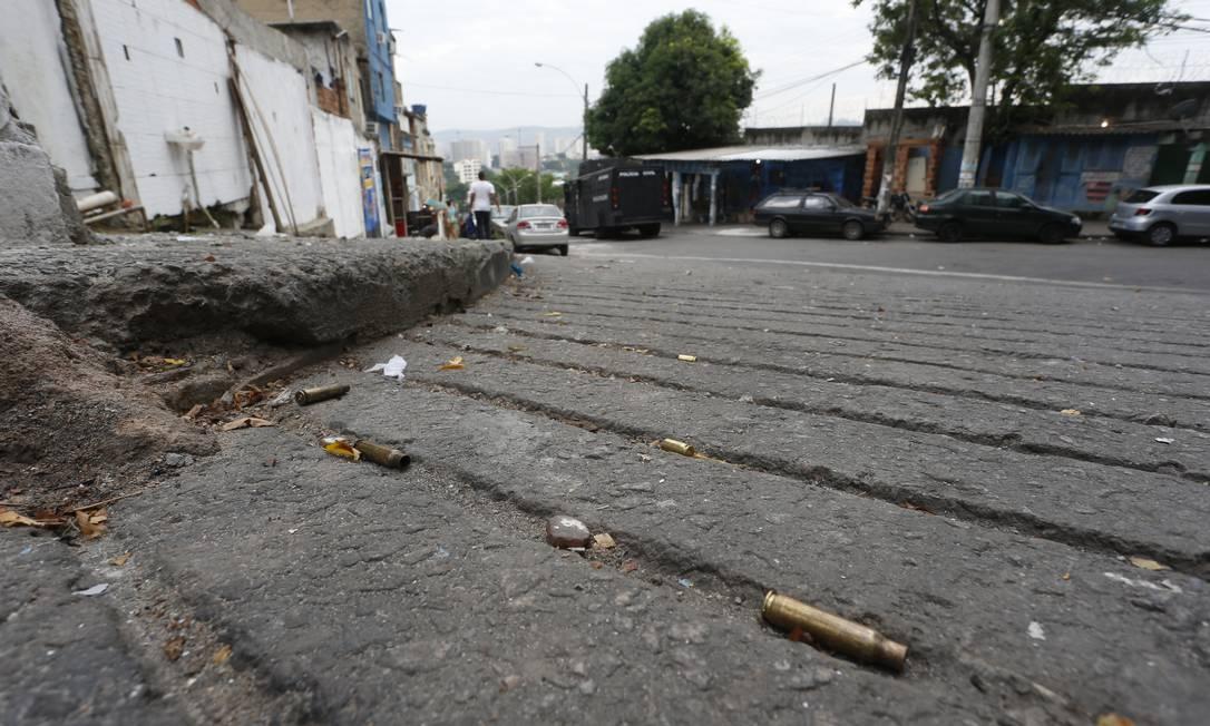 Após confronto no Jacarezinho, cápsulas de munição de fuzil ficam caídas pelo chão Foto: Fabiano Rocha / Agência O Globo