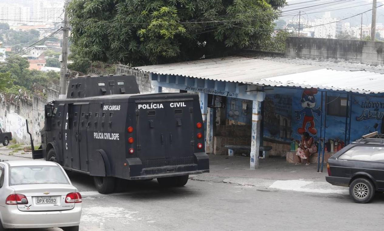 Caveirão da polícia avança por ladeira do Jacarezinho, na Zona Norte do Rio Foto: Fabiano Rocha / Agência O Globo
